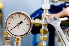 Pressue που μετρά τον κίτρινο έλεγχο σωλήνων αερίου εργαλείων στοκ εικόνα
