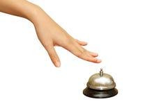 Pressurage à la main de femme une cloche de service hôtelier Images stock