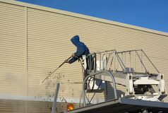 Pressure water jet to clean the graffiti on a wall