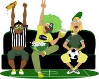 Prestando atenção a um jogo de futebol Foto de Stock