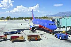 Prestando serviços de manutenção aos aviões em Albuquerque nanômetro. imagens de stock