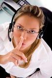 Prestatario de servicios que da instrucciones para ser silencioso Foto de archivo