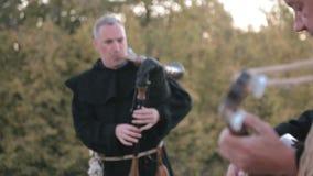 Prestaties middeleeuws ensemble van monniken Templars stock videobeelden