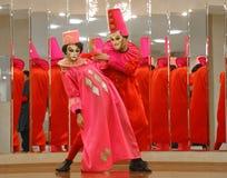 Prestaties van actoren van de heer Pezho van theater wandelende poppen in de lounge van het bleekgele theater Stock Fotografie