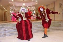 Prestaties van actoren van de heer Pezho van theater wandelende poppen in de lounge van het bleekgele theater Royalty-vrije Stock Foto's