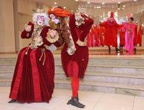 Prestaties van actoren van de heer Pezho van theater wandelende poppen in de lounge van het bleekgele theater Royalty-vrije Stock Afbeelding