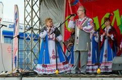 Prestaties van creatieve collective tijdens Shrovetide-festiviteiten in openlucht, Gomel, Wit-Rusland Stock Foto