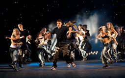 Prestaties van dansende groep Royalty-vrije Stock Afbeelding