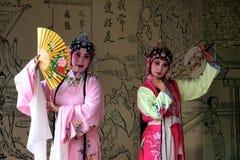 Prestaties van de kunquopera van de Suzhoutuin de oude royalty-vrije stock afbeeldingen
