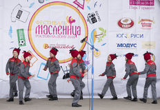 Prestaties van het ensemble van de kinderendans van Maslenitsa in de Pa van Gorky Stock Foto