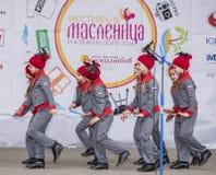 Prestaties van het ensemble van de kinderendans van Maslenitsa in Gorky Royalty-vrije Stock Afbeelding