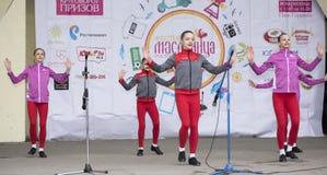 Prestaties van het ensemble van de kinderendans van Maslenitsa in Gorky P Stock Foto