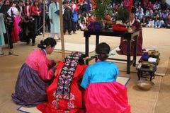 Prestaties van het Traditionele Koreaanse Huwelijk Stock Foto