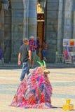 Prestatieskunstenaar het Fonkelen Geit op centrale squar van de Pleinburgemeester Royalty-vrije Stock Fotografie