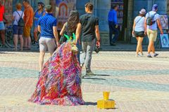 Prestatieskunstenaar het Fonkelen Geit op centrale squar van de Pleinburgemeester Royalty-vrije Stock Afbeelding