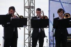 Prestatieskunstenaars, orkest, ensemble van blaasinstrumenten kronwerk messing Stock Foto's