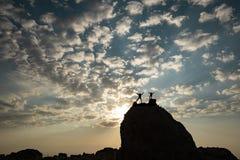 Prestationer av att klättra klippor av två galna bergsbestigare arkivfoto