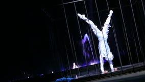 Prestazione acrobatica di dancing nella gabbia stock footage