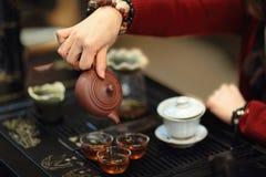 Prestazione cinese del tè di kungfu immagini stock libere da diritti