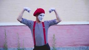 Prestazione comica divertente di manifestazione dei mimi sulla via archivi video