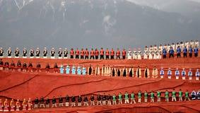 Prestazione dai gruppi etnici in costumi colourful Fotografia Stock