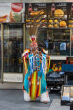 Prestazione dei musicisti nei vestiti degli indiani americani Immagini Stock