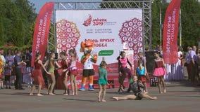 Prestazione del ballo e dei gruppi durante la cerimonia di apertura della fiamma di pace dedicata ai secondi giochi europei 2019  stock footage