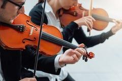Prestazione del duetto del violino fotografia stock