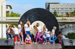 Prestazione del gruppo di bambini all'aperto durante il giorno della città, Belar Fotografia Stock