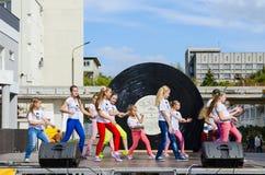Prestazione del gruppo di bambini nello spazio all'aperto durante il giorno della città, G Immagine Stock Libera da Diritti