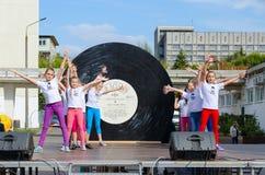 Prestazione del gruppo di bambini su spazio all'aperto durante il giorno della città, Homiel', Bielorussia Immagini Stock