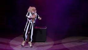 Prestazione del pagliaccio nel circo stock footage