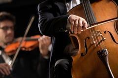 Prestazione dell'orchestra sinfonica: primo piano di celloist Fotografia Stock