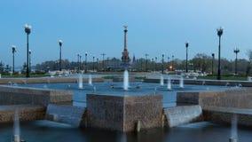 Prestazione della fontana nel parco di Strelka del giorno di Yaroslavl al hyperlapse del timelapse di notte archivi video