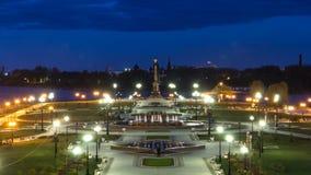 Prestazione della fontana nel parco di Strelka del timelapse di notte di Yaroslavl video d archivio