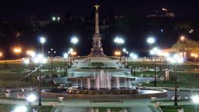 Prestazione della fontana nel parco di Strelka del timelapse di notte di Yaroslavl stock footage
