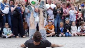 Prestazione della via, giovane con la palla che fa trucco nella parte anteriore degli spettatori all'area della città al rallenta stock footage
