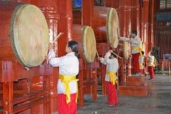 Prestazione dentro la torre famosa del tamburo a Pechino, Cina Fotografie Stock