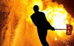 Prestazione di Fireshow Siluetta dell'uomo con il martello fotografie stock libere da diritti