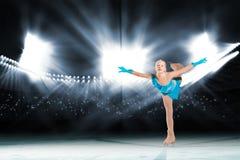 Prestazione di giovani pattinatori, spettacolo sul ghiaccio Fotografia Stock
