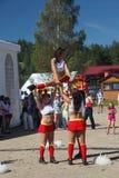 Prestazione festiva di giovani belle ragazze di VERTIGINE cheerleading del gruppo di appoggio degli atleti (vertigini) Fotografie Stock Libere da Diritti