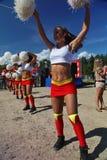 Prestazione festiva di giovani belle ragazze di VERTIGINE cheerleading del gruppo di appoggio degli atleti (vertigini) Immagine Stock Libera da Diritti