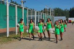 Prestazione festiva di giovani belle ragazze di VERTIGINE cheerleading del gruppo di appoggio degli atleti (vertigini) Immagine Stock