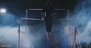 Prestazione nella ginnasta femminile di ginnastica nelle barre irregolari stock footage