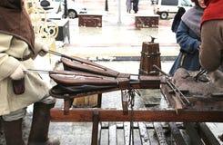 Prestazione teatrale sulla via ai fini di esposizione e di addestramento nel blacksmithing, pelliccia fatta a mano per gonfiare Immagine Stock