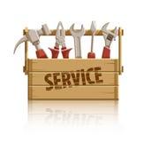 Preste serviços de manutenção à caixa de madeira com as ferramentas da construção Fotografia de Stock