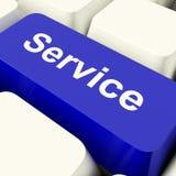 Preste serviços de manutenção à chave de computador na ajuda e no auxílio azuis da exibição Imagens de Stock Royalty Free