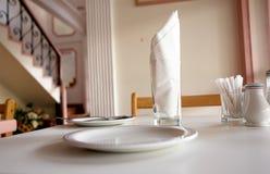 Preste serviços de manutenção à tabela em um restaurante Imagem de Stock Royalty Free