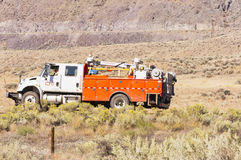 Preste serviços de manutenção ao caminhão que verifica trilhas railway foto de stock royalty free