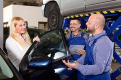 Preste serviços de manutenção ao grupo e ao motorista perto do carro Imagens de Stock